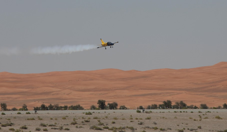 L-39C Albatros flying over the al-ain desert UAE al ain air show avion a reaction demonstration acrobatie aerienne