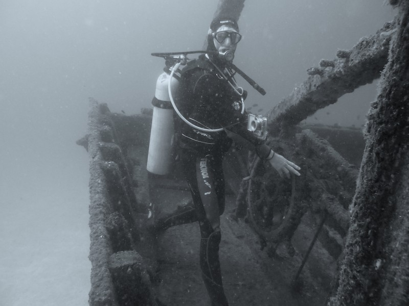 Professionnal commercial Diver Oman Musandam Dhow wooden wreck gold treasure inside Underwater photography