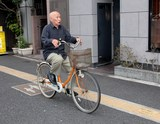 Grand père à vélo ville rue piétons protection accident Tokyo Japon