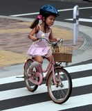Enfant vélo rose Japon casque children pink bike Tokyo Japan